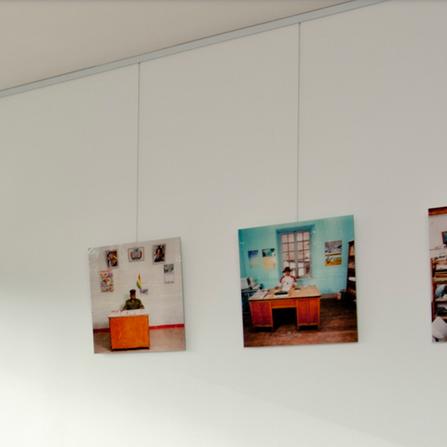 Cimaises accrochage tableau par cimaise corniche for Cimaise tableau castorama