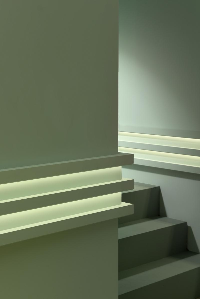 Corniche moulure de plafond luxxus orac decor pour for Decoupe angle corniche